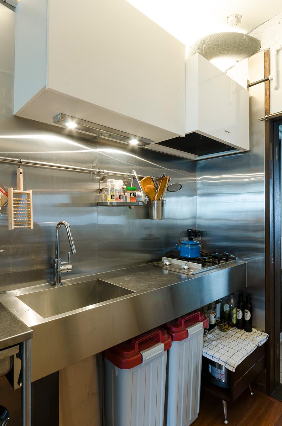 掃除がしやすいように、キッチンはステンレスでオーダー。シンプルに徹して使いやすく。