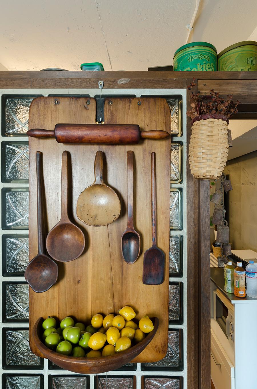 キッチン前に飾られたキッチンツールの壁掛けは、東海岸で。