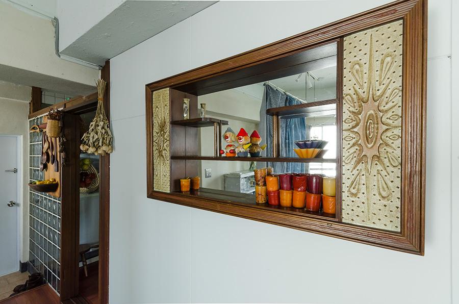 1960年代アメリカのミラー付き飾り棚がレトロな雰囲気。