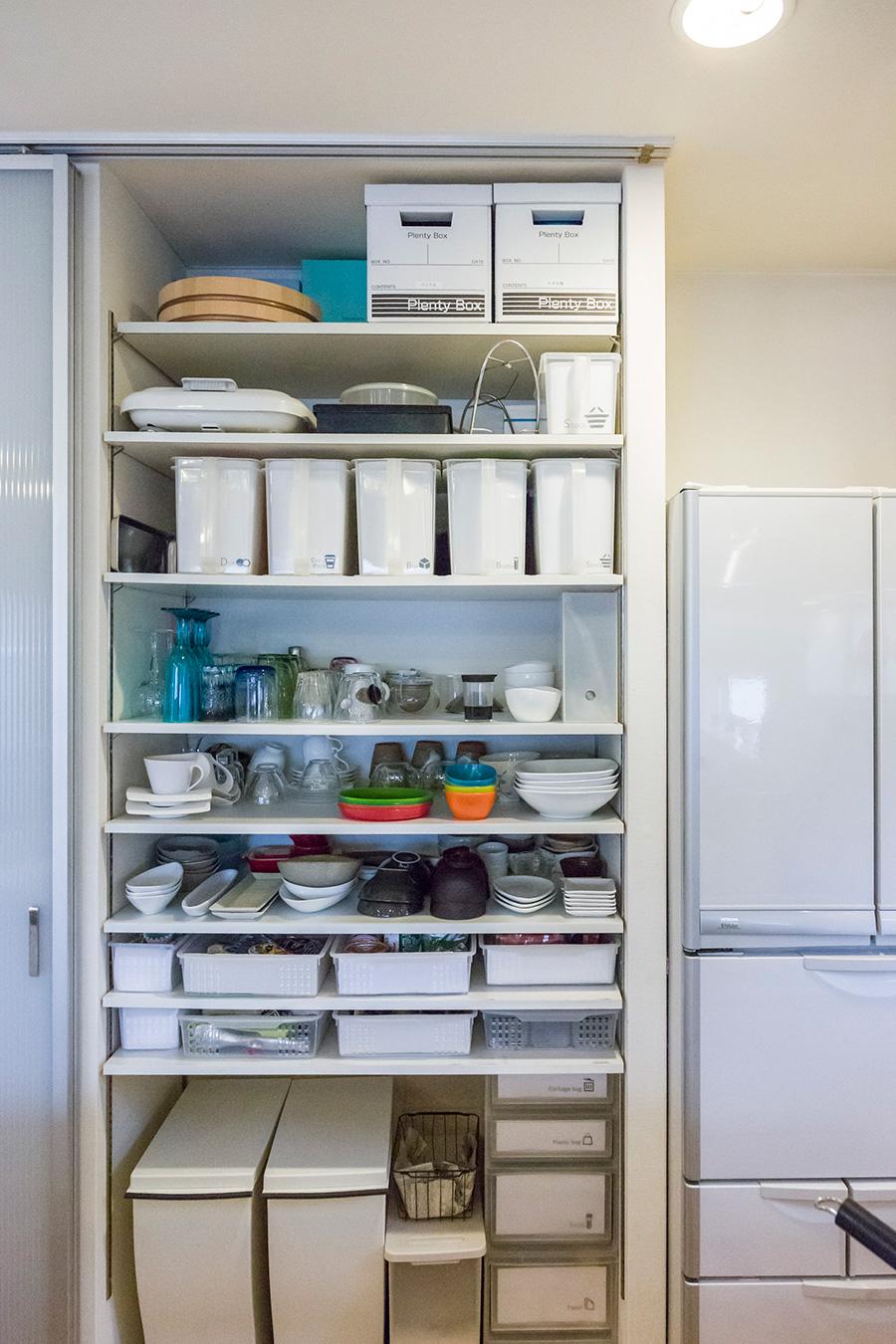 食器やカトラリーは、よく使うものを腰から目の高さに。たまにしか使わないものはアイテム毎に分け、吊戸ストッカーに入れている。
