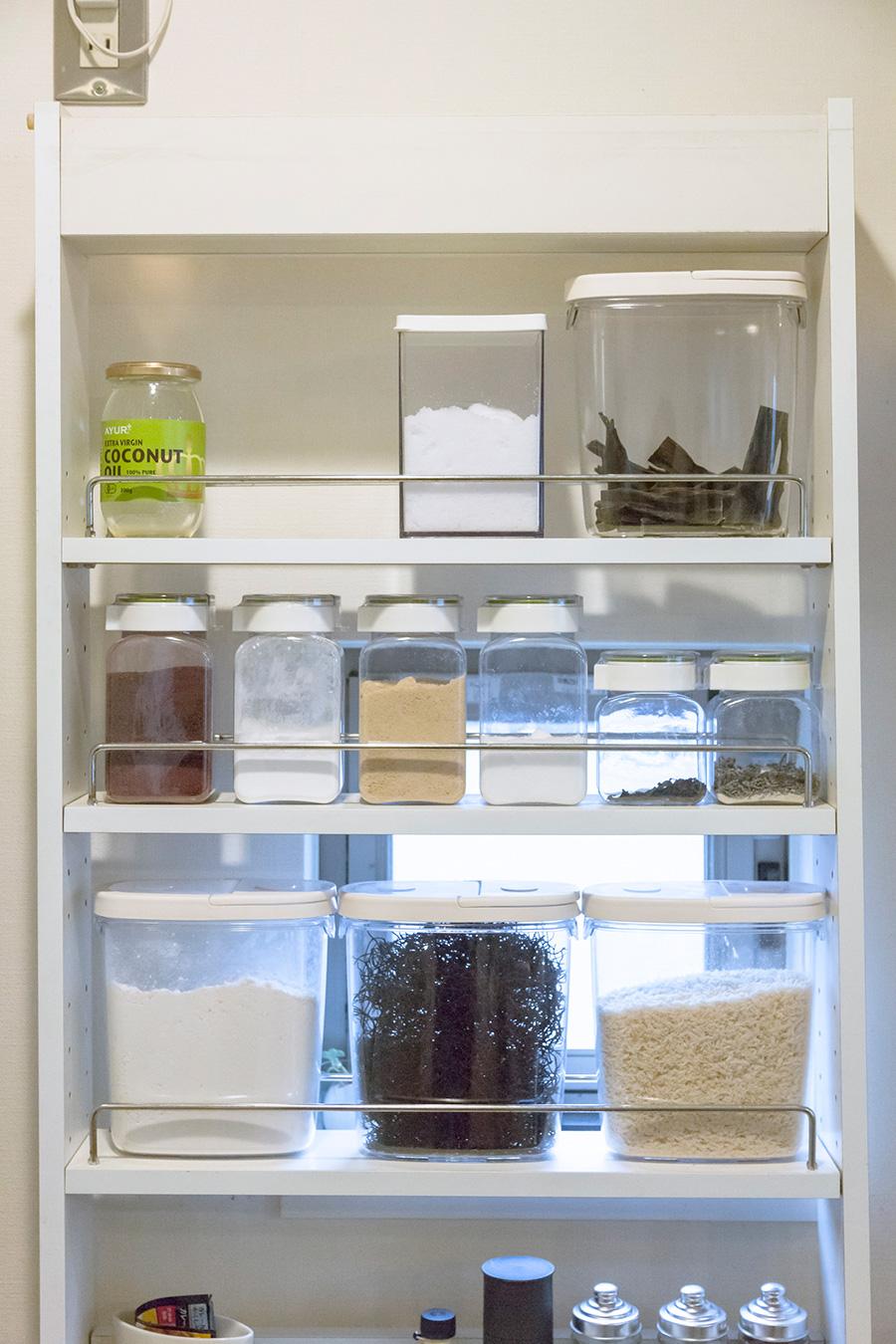 調味料や粉もの、乾物など買ってくるとすぐにクリア容器に。中身が分かりやすいので、必要なものをすぐに手に取ることができる。