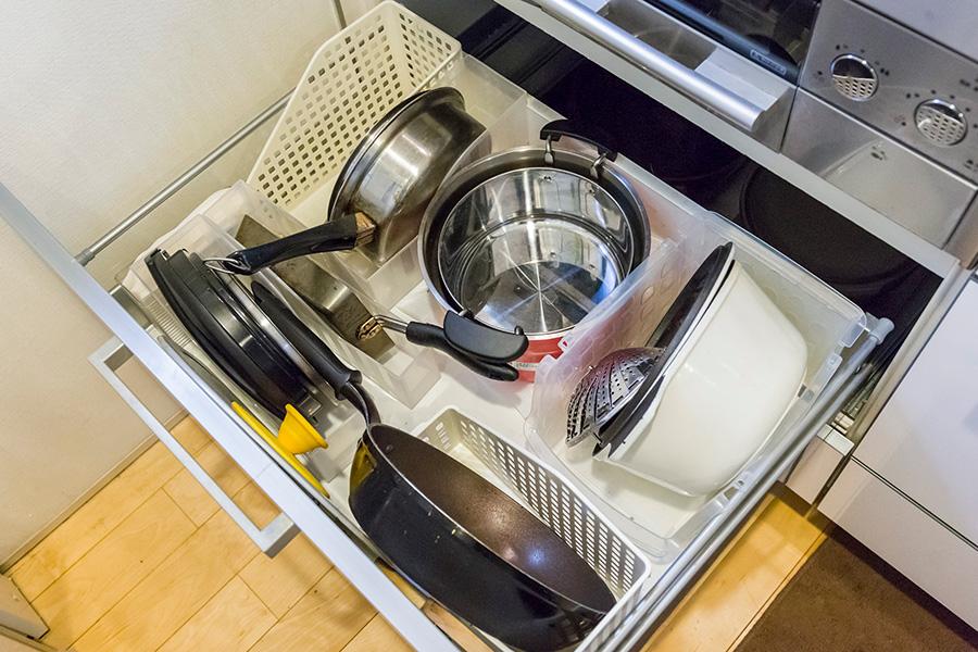 鍋やフライパンは立てて収納。他のものを動かさず取り出せることが鉄則。