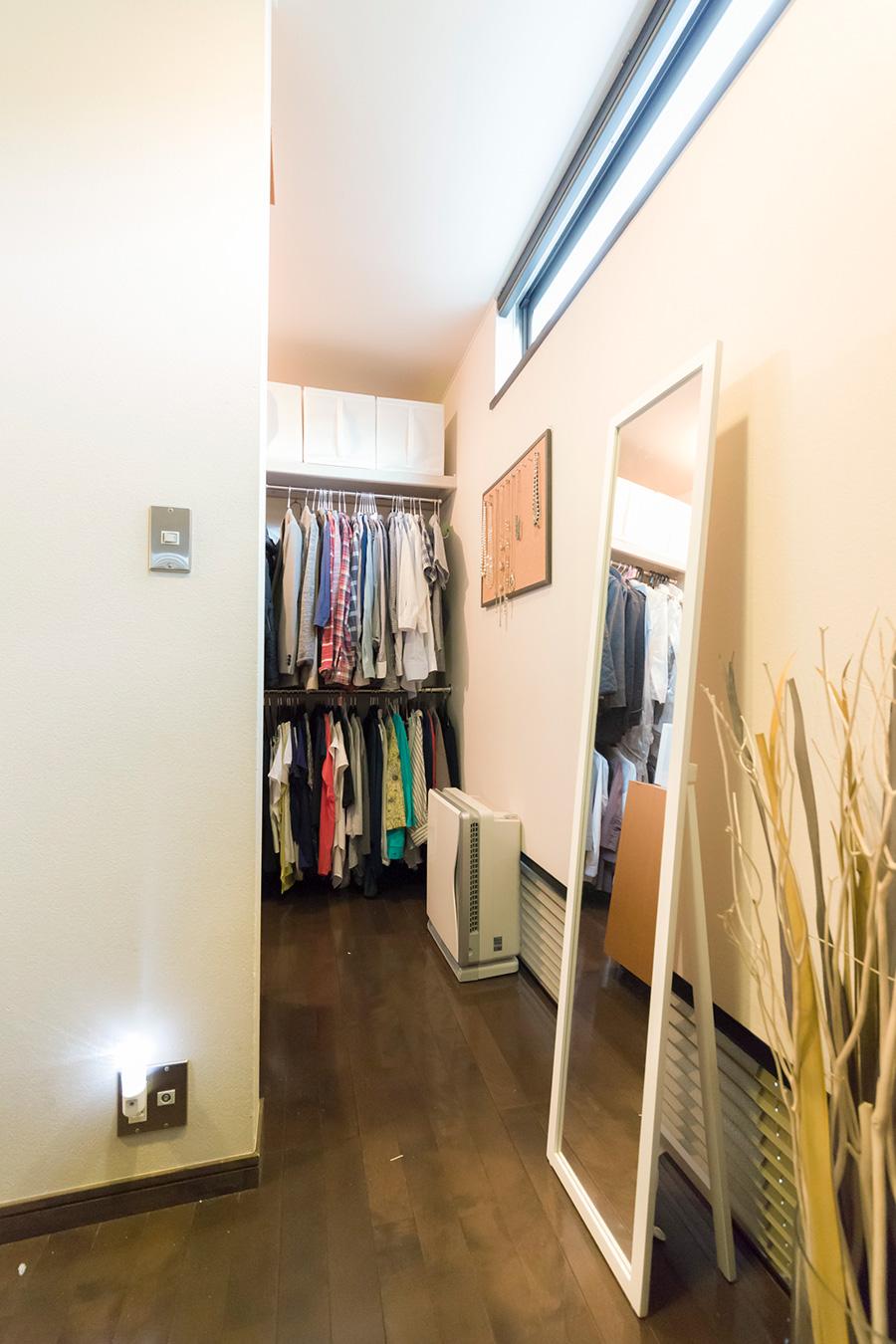 ベッドルームの奥にあるクローゼット。入り口には姿見鏡を。