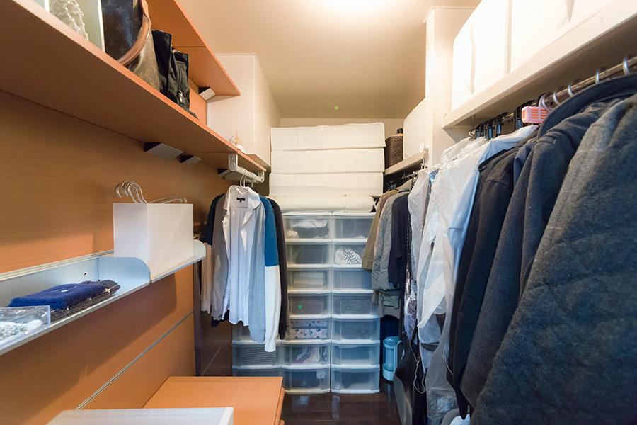クローゼット内の左側は、いちど着たものを一時的にかけておくスペース。