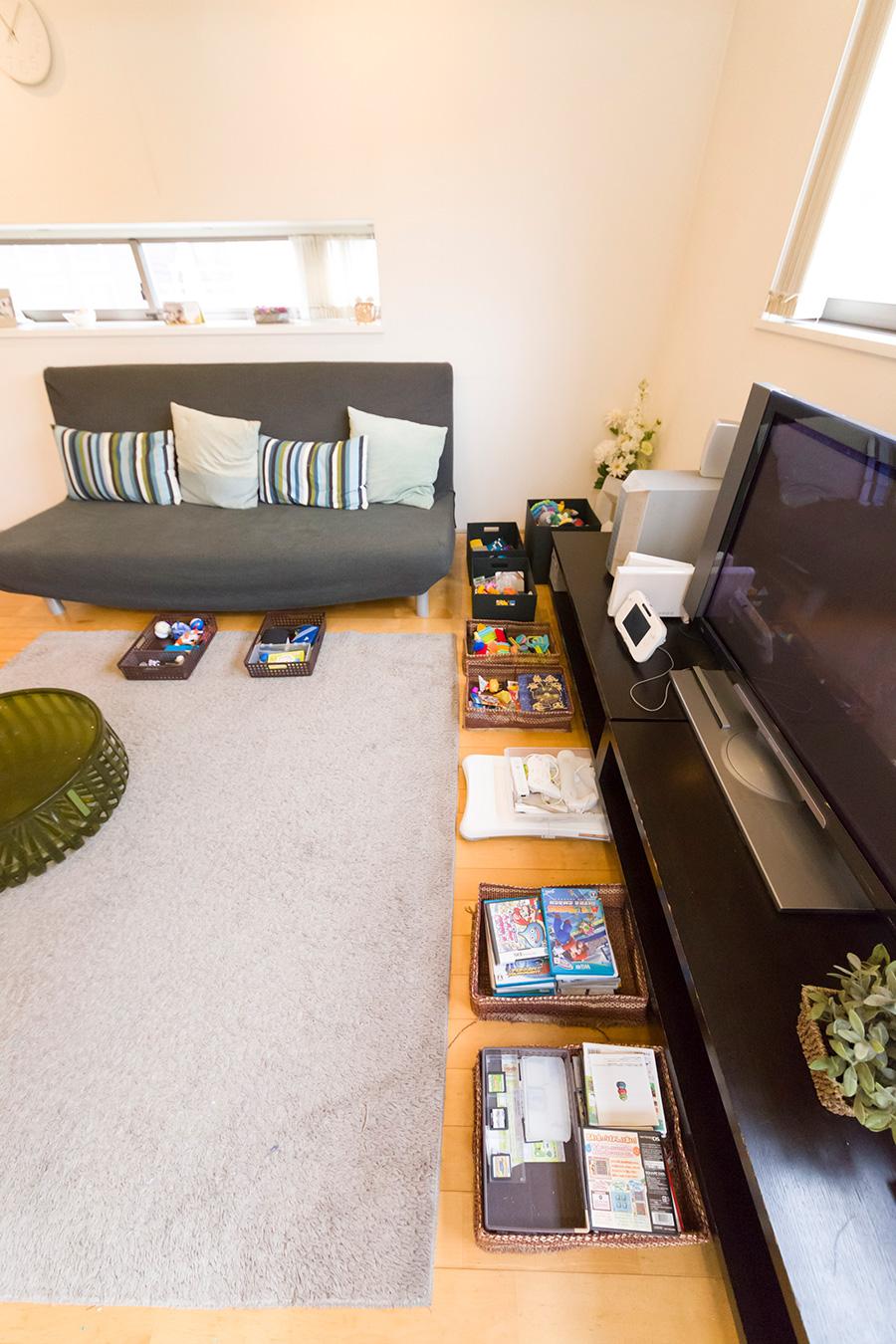 子供のおもちゃはテレビやソファーの下に。出し入れしやすく引き出し収納より便利。