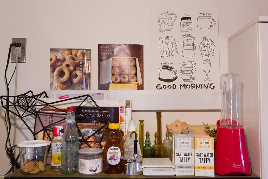 キッチンの壁には、本を立て掛けておけるサイズの棚を取り付けた。料理本はキッチンにまとめて置いている。