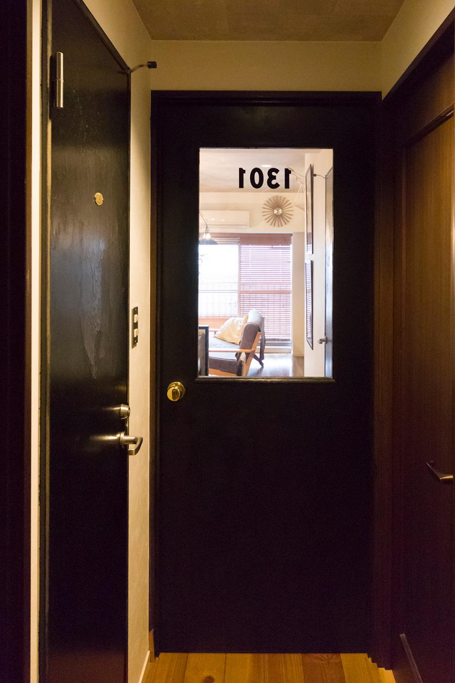 「ガラスが入ったドアは作ってもらったものです。金色のドアノブをつけ、色は黒に自分で塗り、数字のステッカーを貼りました」