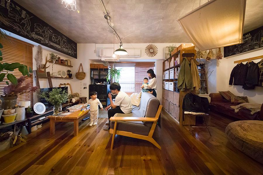 木佐貫家は、剛さん、沙和子さん、咲くん、吹くんの4人家族。古材のフローリングの素材選びにはこだわったそう。