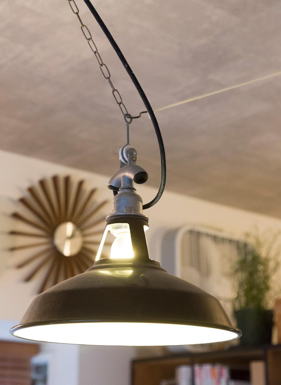 琺瑯のランプシェードは、ネットでリーズナブルなものを探した。