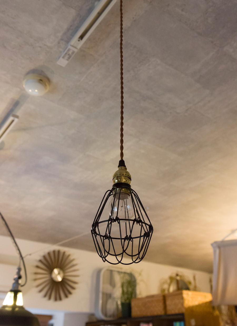 工事現場で使われる、ワイヤーで電球をガードするタイプのもの。
