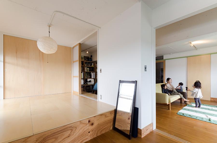 寝室は半分を小上がりにして、段差の部分を大容量の収納に。