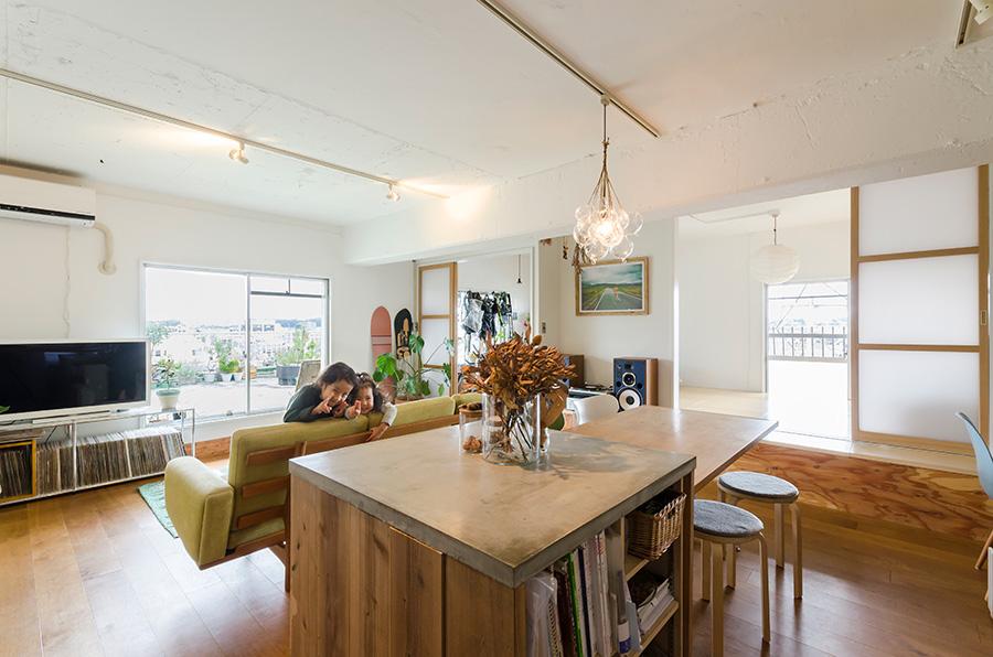 手前の作業台兼本棚は、Yさんのお手製。コンクリートの天板と木の枠という異なる質感の組み合わせが面白い。