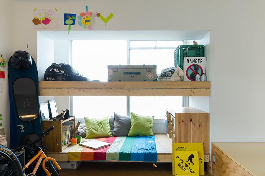 元々柱が入っていて使いにくかったスペースは、発想の転換で二段ベッドに。