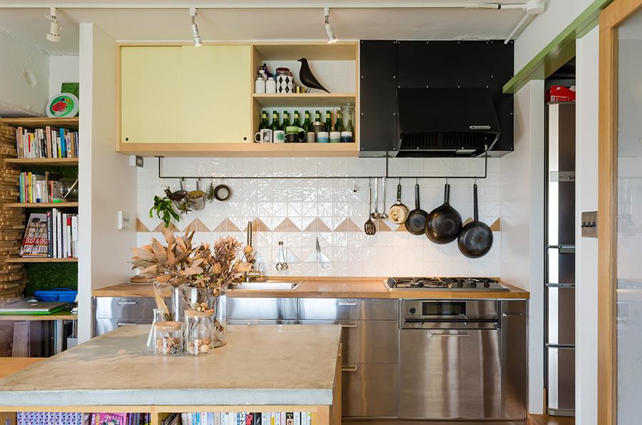 キッチンはIKEAのもの。吊り戸棚の右半分はあえて扉をつけずに、見せる収納にした。