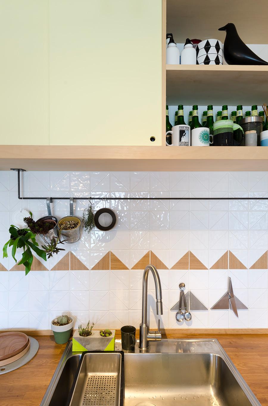 三角形の白いタイルと三角形の木材でつくったのは、夫妻が好きな山の模様。