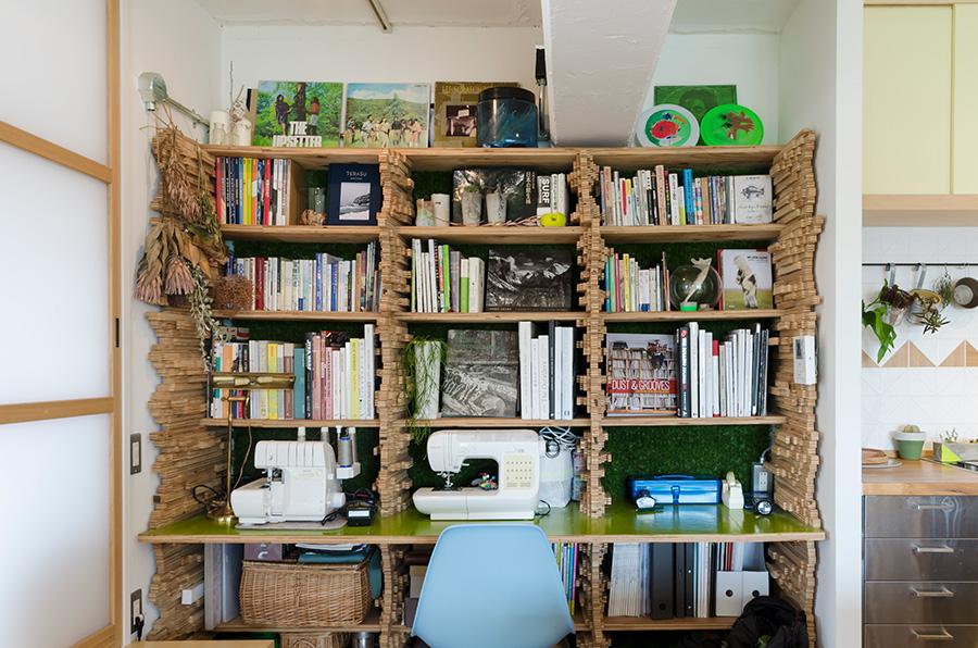 ユニークで楽しげな佇まいの本棚は、立体アーティスト・三輪ノブヨシさんの作品。オリジナルで作ってもらったものだそう。