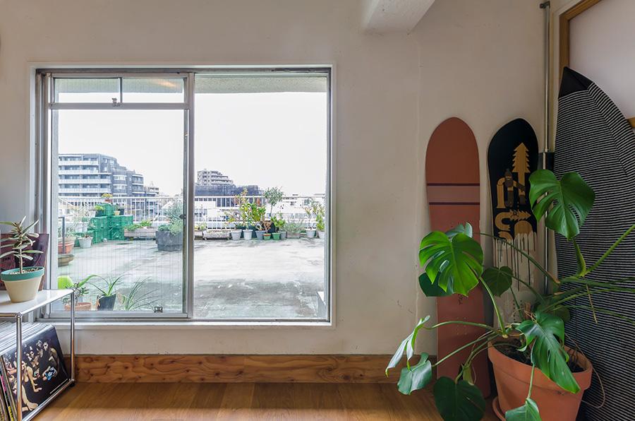 リビングからベランダを見る。この広いベランダのおかげで、室内の開放感が増幅される。