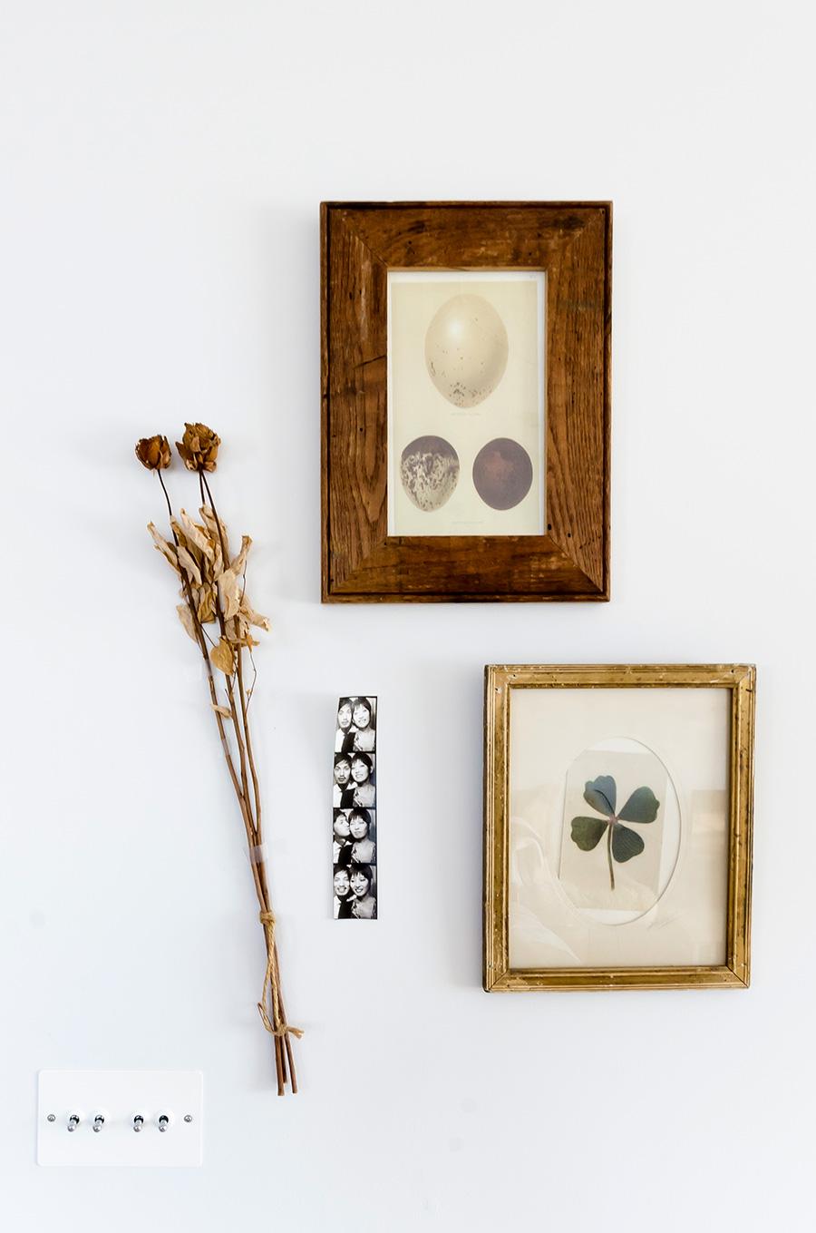 壁掛けの装飾に混ざって2人の思い出の写真もさりげなく飾られている。