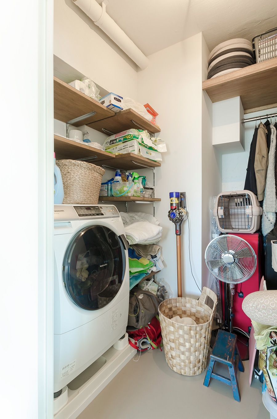 洗濯機も収納できる大きめの納屋で生活感のない空間に。