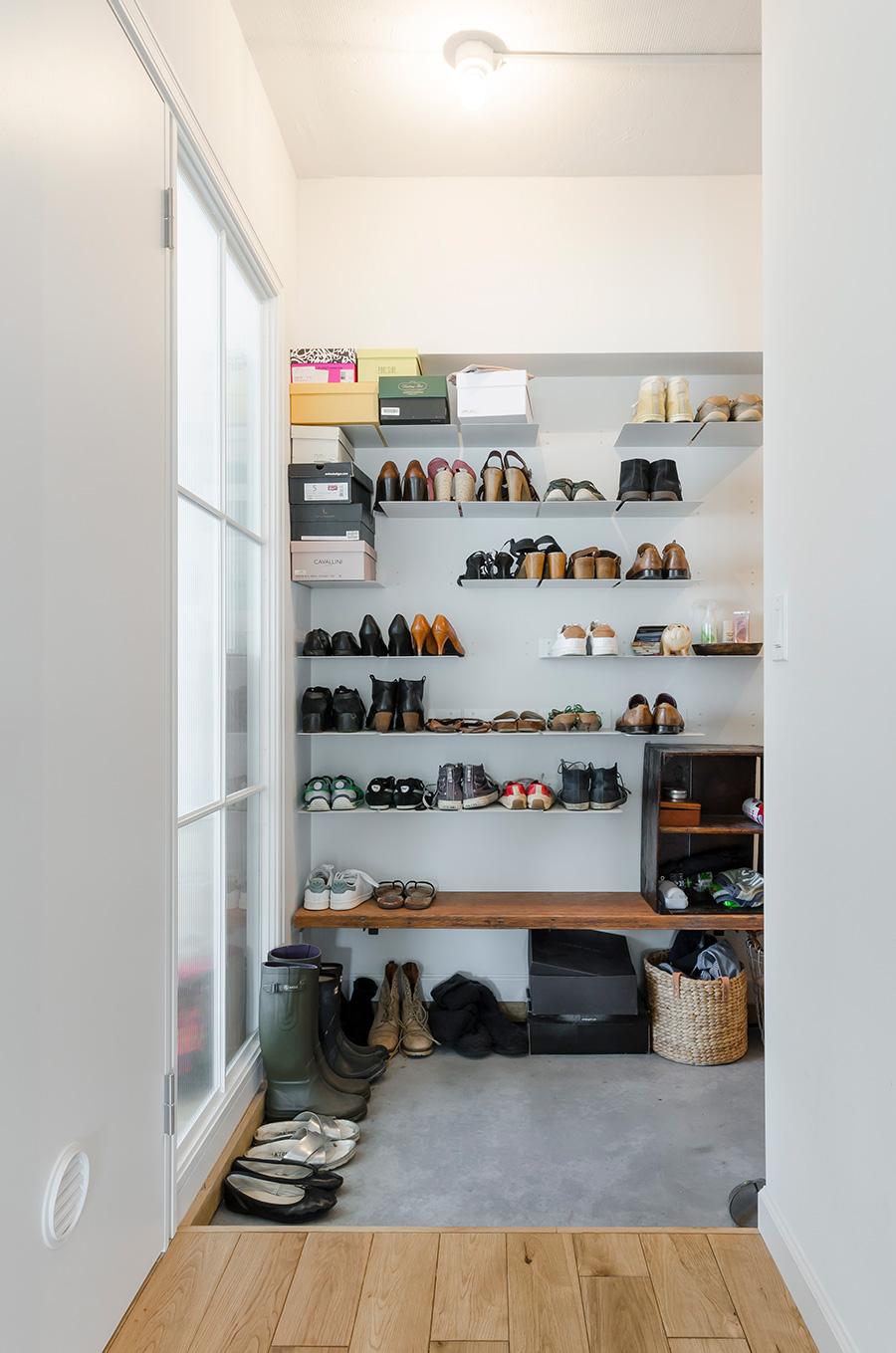 板を渡したところに靴を収納し、広さのある玄関を実現。