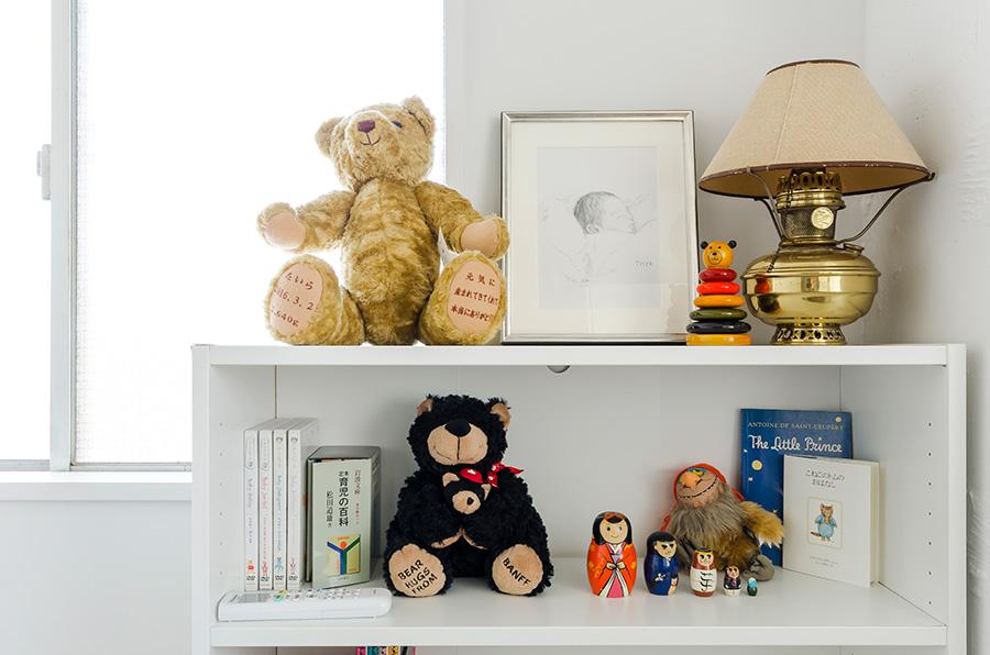 子供部屋の棚には息子が生まれたときと同じ重さのテディベアが。