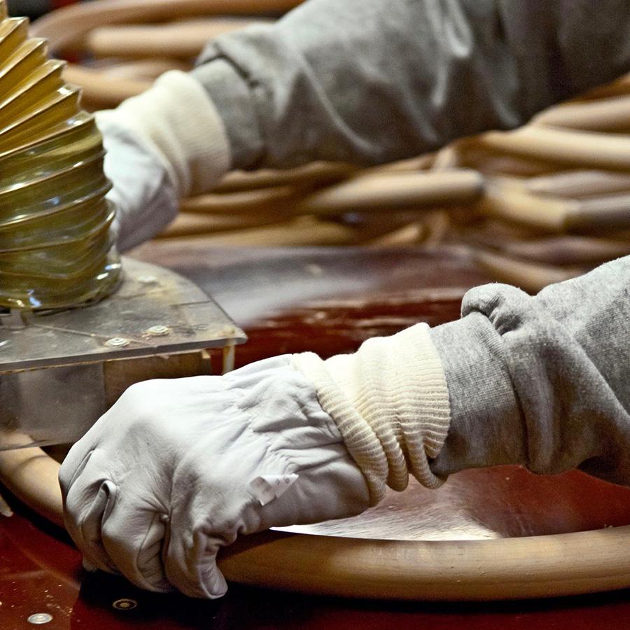 背もたれは、一本一本スチームで曲木加工が施される。