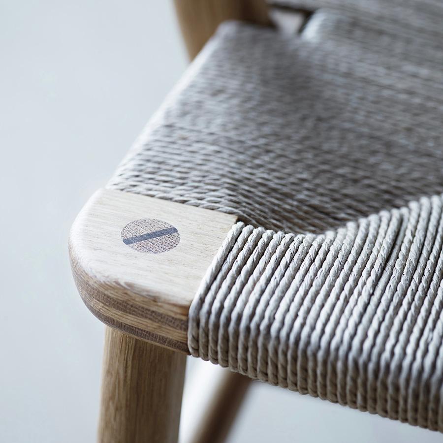 木製のくさびがアクセントに。