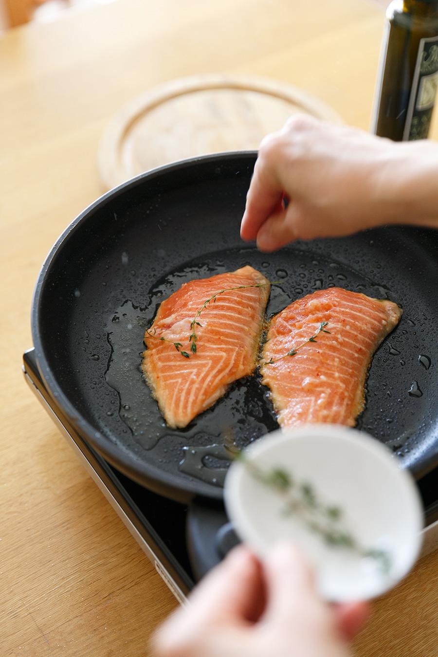 サーモンのソテーはシンプルな塩こしょうにハーブをきかせて。
