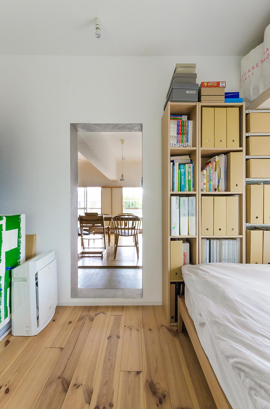 寝室の床は無垢にこだわりつつパイン材でコストを削減。扉は設けず、仕切りが必要な時はカーテンをやや内側にかけて視覚的な広さを確保。