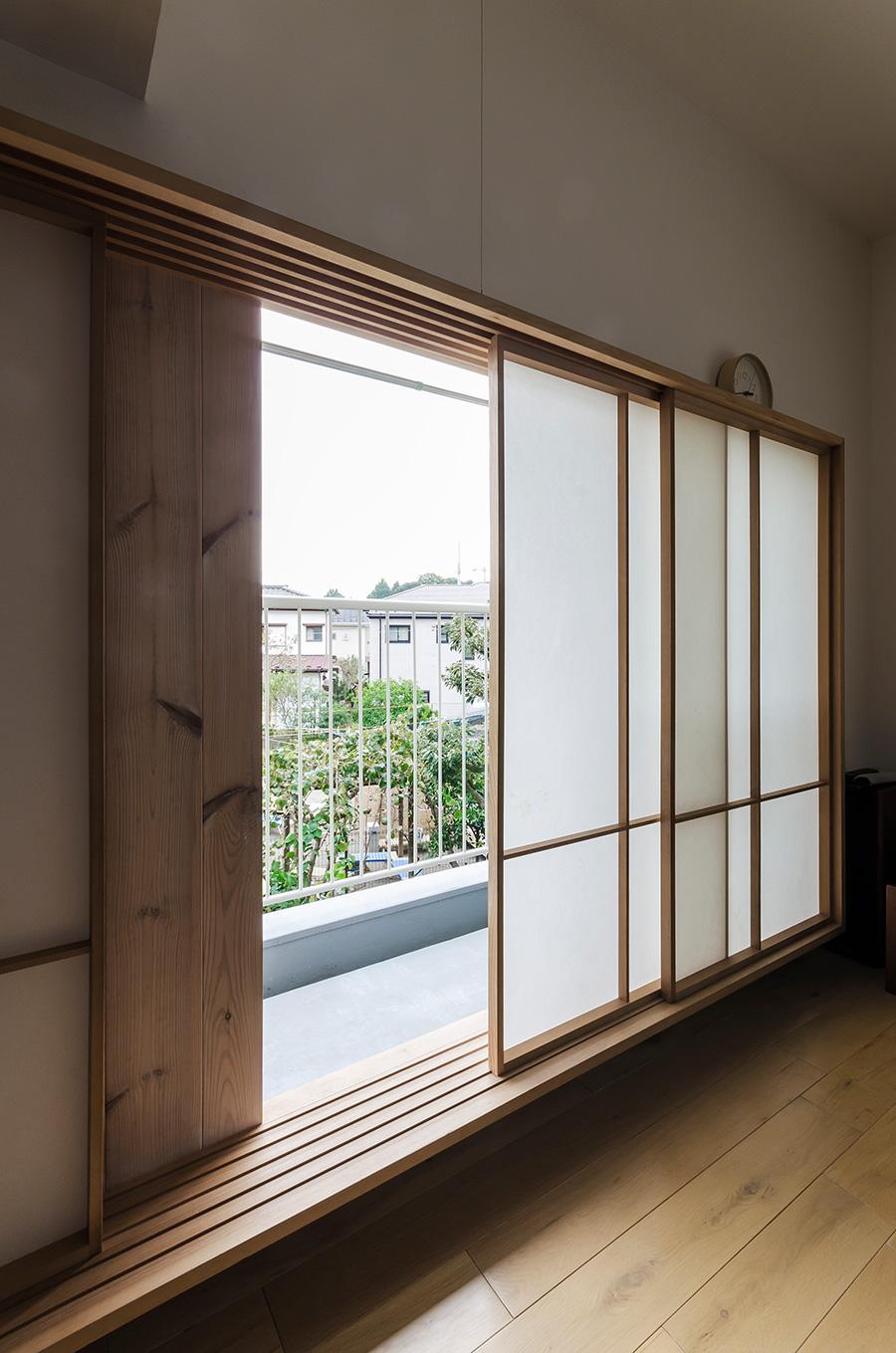 和の意匠を添える木枠と障子。サッシを隠しつつ、空気を閉じ込めて気密性を高める。オリジナルの障子はR不動産ツールボックス(http://www.r-toolbox.jp/door-window/)でも販売。