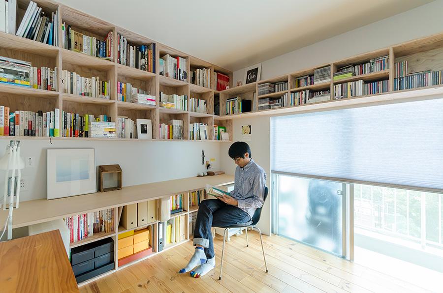 以前は仕事場として使っていた書斎。あらゆるジャンルの本やCDを造り付けの棚が収納。建築家・青木律典さん。デザインと機能の両立をテーマに暮らしを設計。デザインライフ設計室http://www.designlifestudio.jp