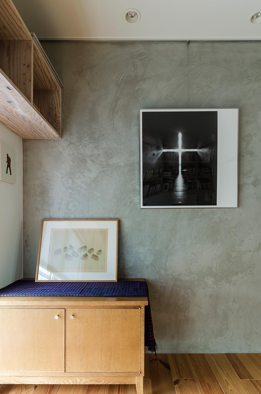 写真家・杉本博司氏のポスターを額装して壁に。STANDARD TRADEのテレビ台の上は、造形作家・古賀充氏の作品。