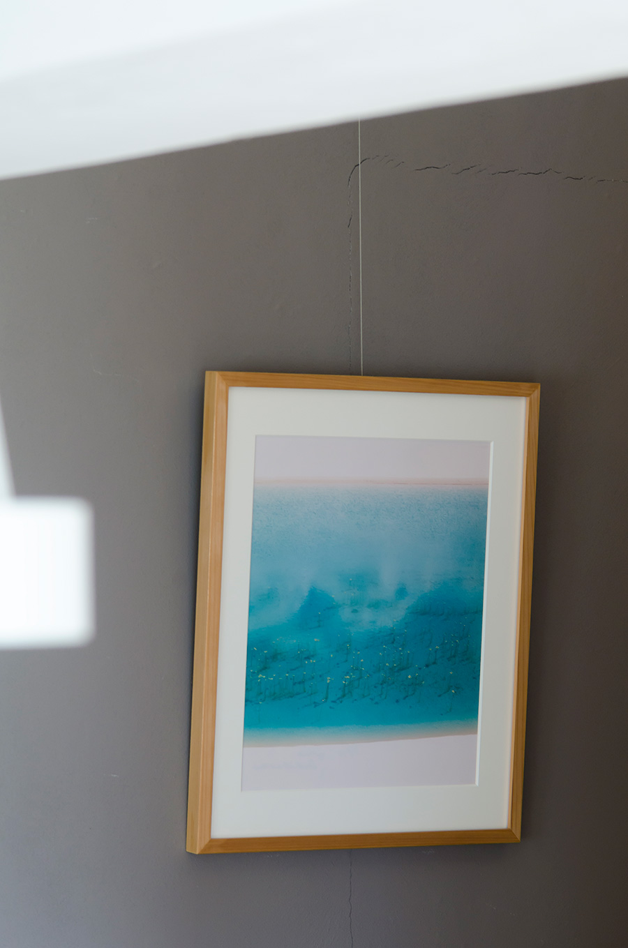初めて買ったアート作品は、市橋織江氏の写真。間伐材を使ったフレームも気に入った。