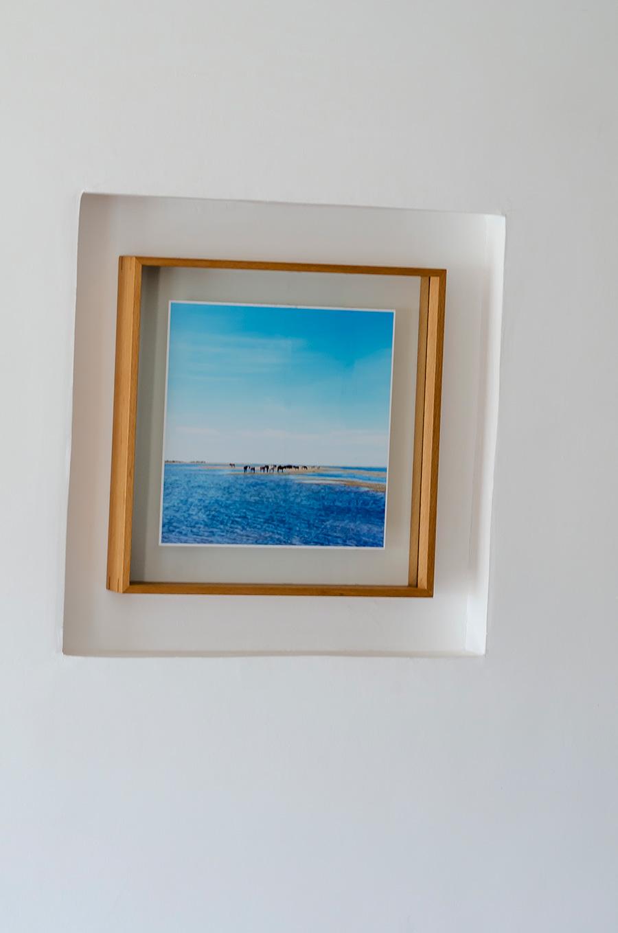 アートを飾るためニッチも設けた。オークションで購入した辻佐織氏の写真を飾る。