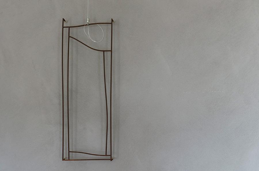 坂井直樹氏の鉄のオブジェ。グレーの塗装の壁に調和している。