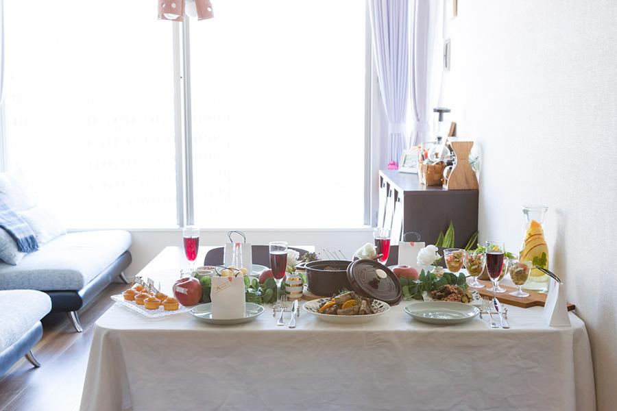 平皿だけでなく高さのあるグラスなども料理の盛りつけに活用。全体の色を考えてコーディネートする。