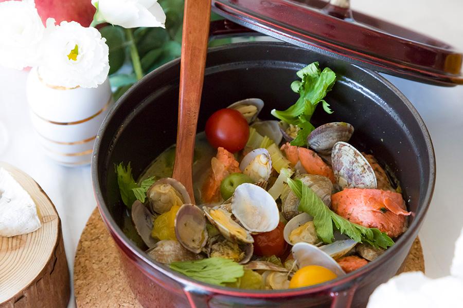 鮭とあさりのアクアパッツァ。カラフルトマトをプラスしてさらに華やかに。