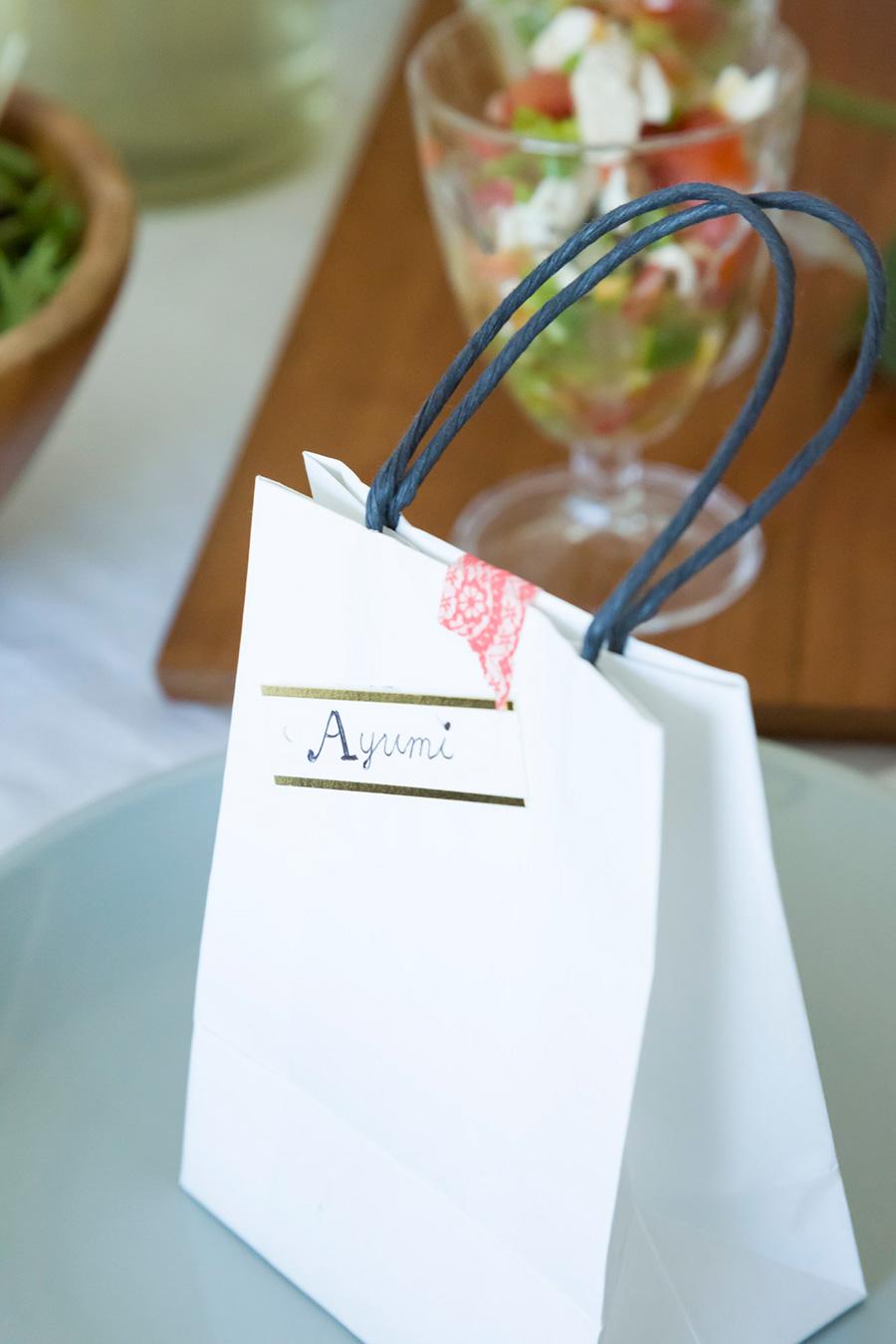 キャンディーを入れた小袋に、席札変わりのネームシールを貼って、テーブルにセッティング。