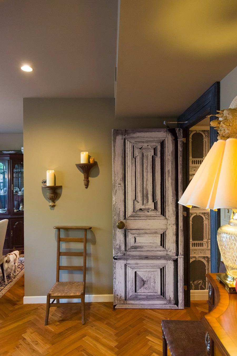 壁はグレイッシュなオリーブグリーンに。ドアはなんと騙し絵効果のある壁紙。ビロードのようなスペシャルな質感が施されている。