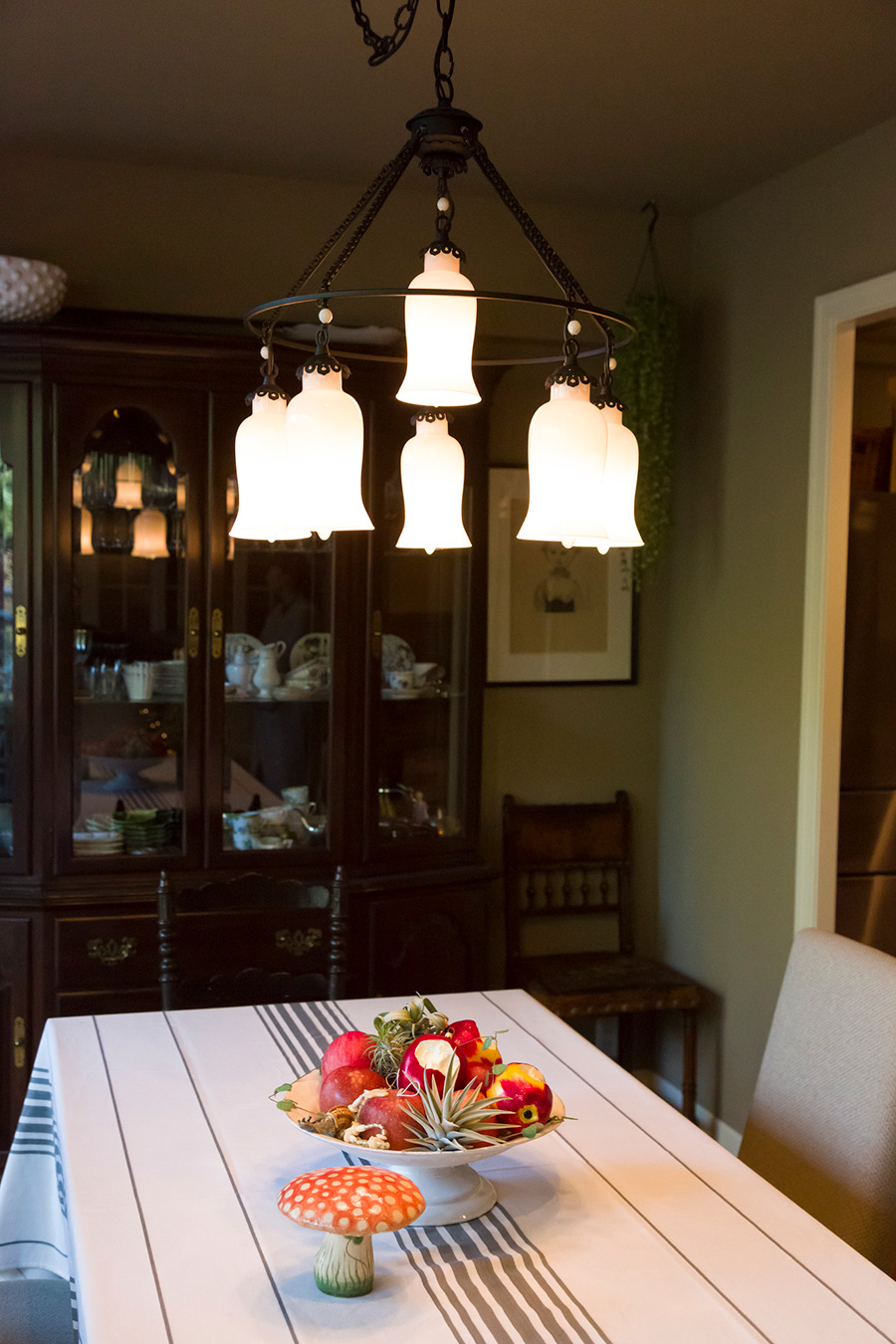 ダイニングテーブルの上のシャンデリアは『H.P.DECO』で買ったもの。テーブルのフルーツの籠にはキノコのオブジェを添えて。