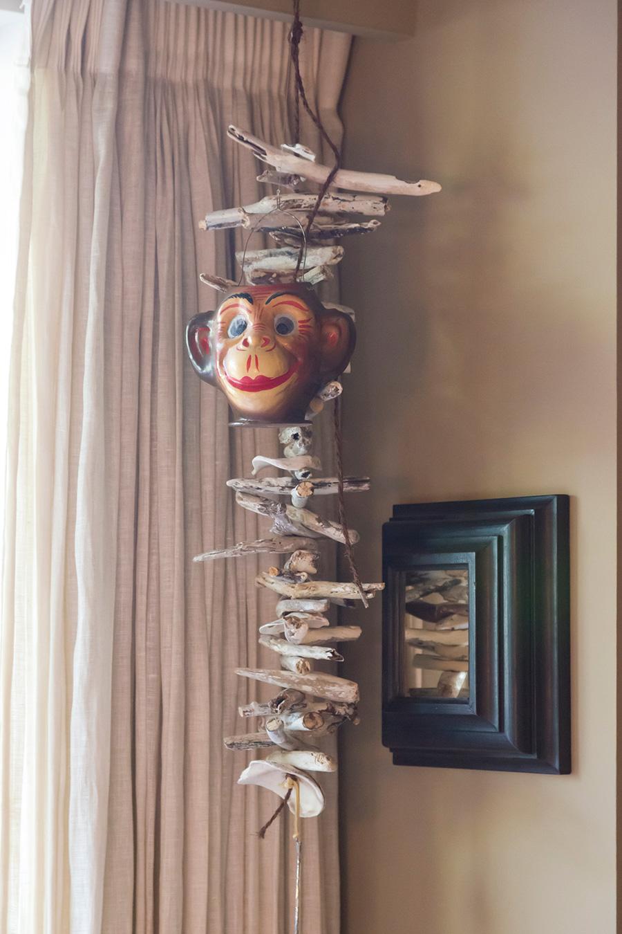 流木を使うクリエイターにプレゼントしてもらったハンギング。サルのお面をプラスするのが玲子さん流。