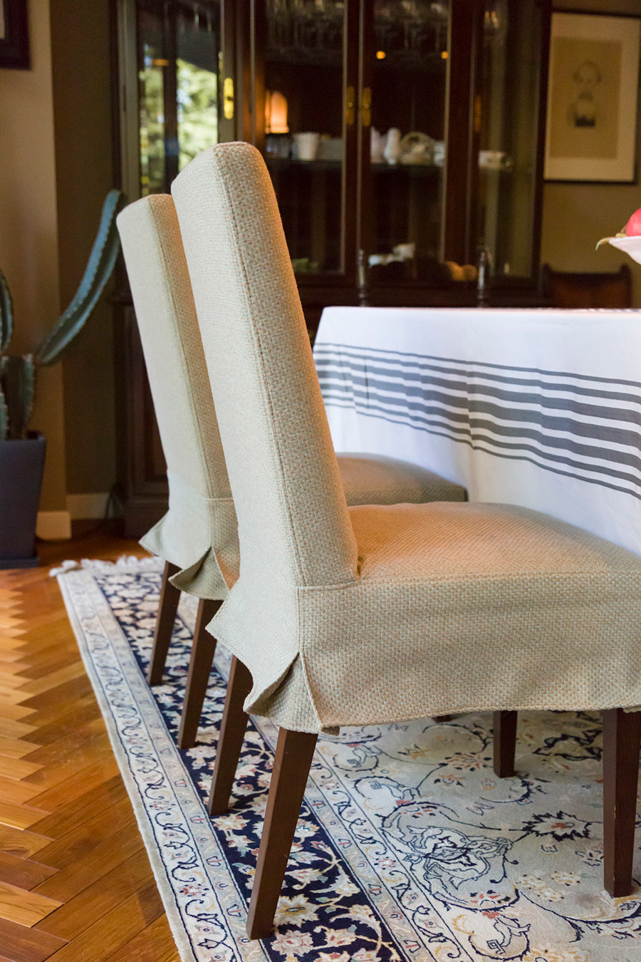 プリーツスカートのようなデザインが可愛い。椅子の張替えも、リフォームを手がけた駒沢の『GECKO』によるもの。