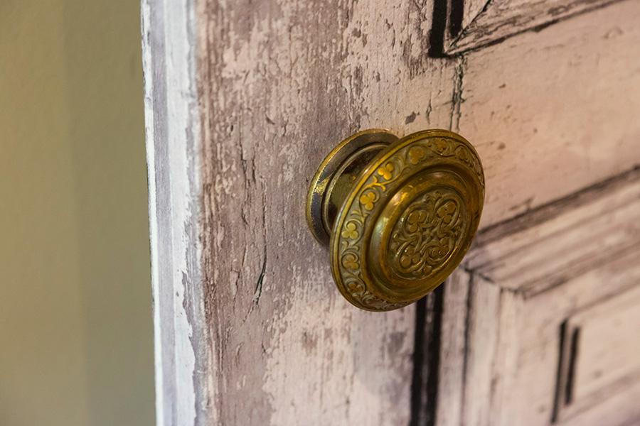 ドアにはビロードのような質感が施された壁紙を貼り、ドアノブを替えた。