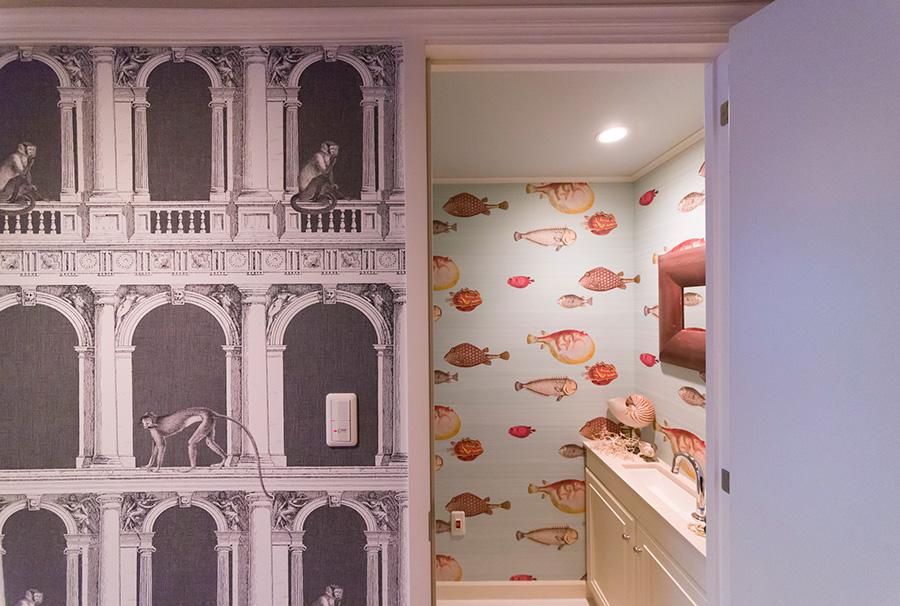 廊下の壁では猿が遊ぶ。トイレには大胆な魚の柄の壁紙を。「狭い空間だからこそ、思い切って遊んで正解だったと思います」