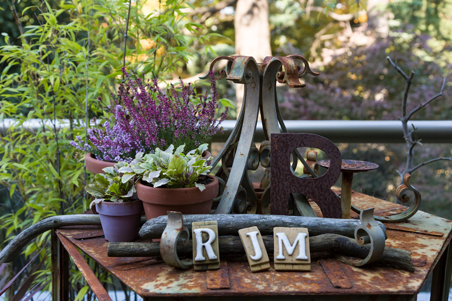 鉄のものがゆっくりと錆びていく姿や、テラスの所々に配された紫の植物が美しい。