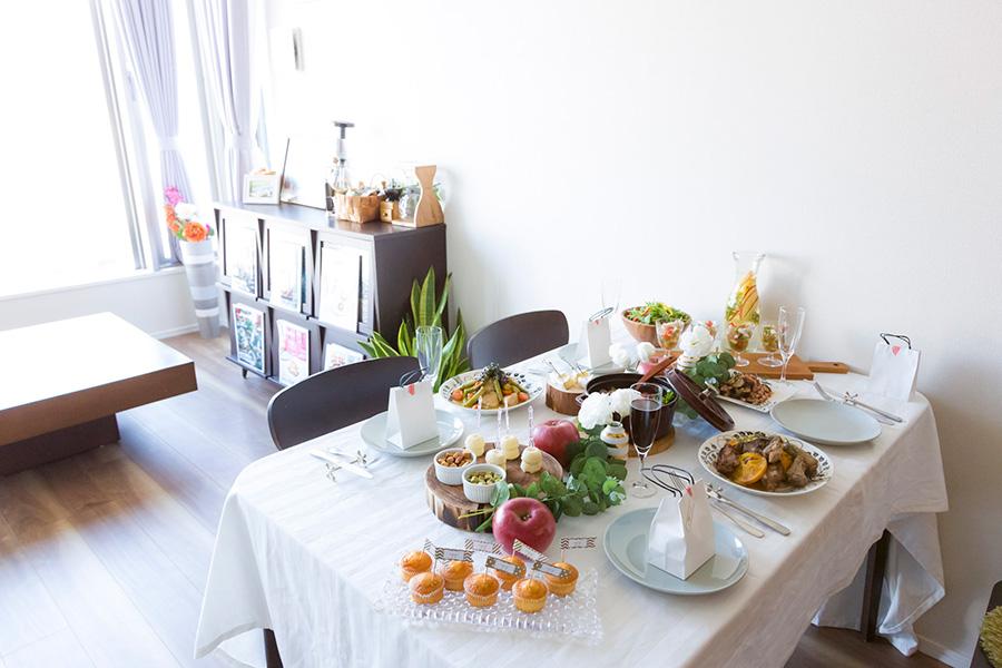 テーブルの上は予め色彩をイメージしておく。当日、お花などを足してコーディネートを完成。