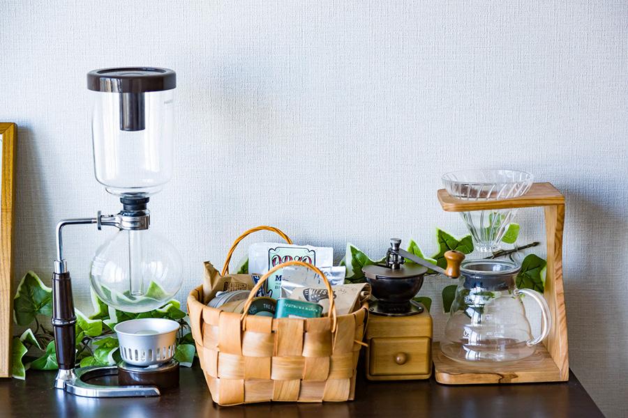 村上邸のコーヒーコーナー。豆のうんちくや、淹れ方などを話題にするのがこちらのお宅のおもてなし。