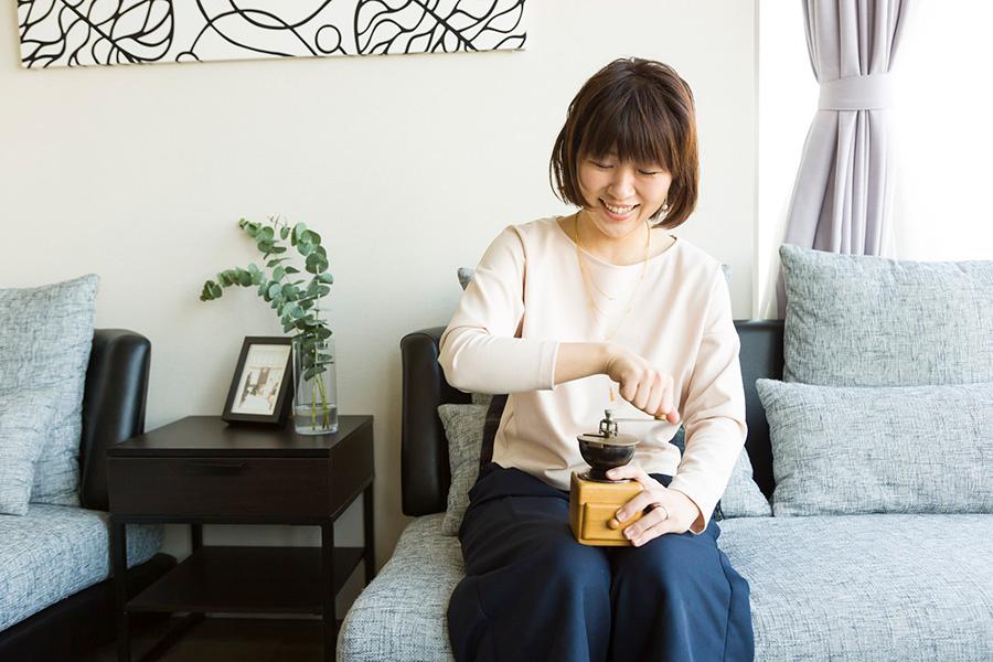 ミルで豆を挽くときのよい香りが、部屋中を温かなムードに。ホームパーティープランナー村上あゆ美さん。IN THE Spotlight代表。