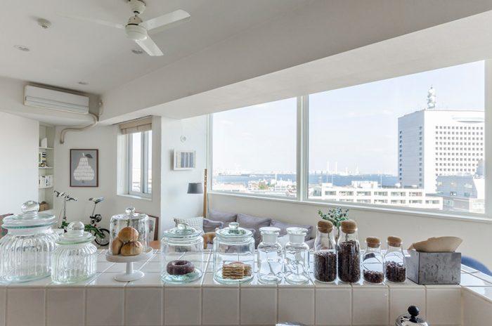 キッチンに立つと、窓からの景色が目の前に広がる。毎日が高揚感に包まれそう。