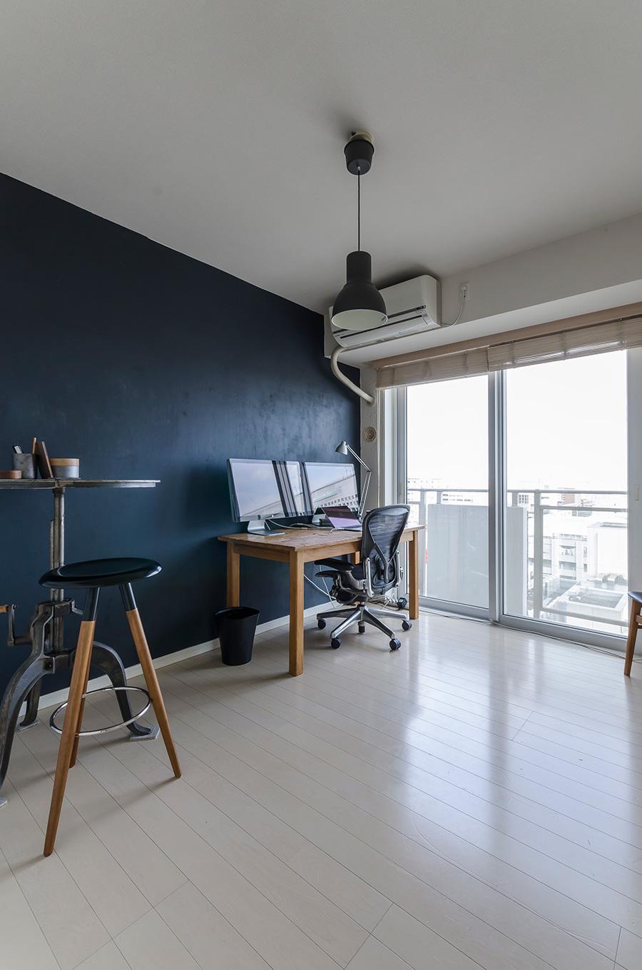 夫の仕事部屋。一面に、チョークで書き込めるブラックボードというペンキを塗った。